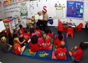 1280px-US_Navy_100227-N-0995C-010_A_Sailor_reads_to_a_class_of_kindergarten_students_at_Iroquois_Point_Elementary_School